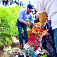 Por época electoral, candidato Paco Moncayo hasta recoge basura