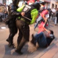 Violenta represión en contra de manifestantes que exigen la renuncia de Moreno