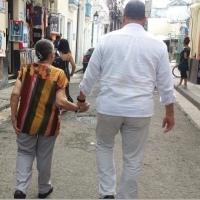 Difunden tierna foto en la que se ve a Correa y su madre en Cuba