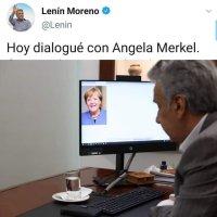 Como es costumbre, Moreno hace el ridículo, afirmando que habla con Angela Merkel con una foto de Google