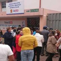 Largas filas en colegio Benalcázar de Quito por falta de segunda dosis anticovid de Pfizer, Sinovac y AstraZeneca